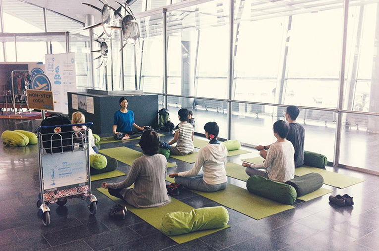 Passengers were given the chance to participate in yoga and Pilates classes or practice yoga on their own at the Yoga Gate studio, which was established at Helsinki-Vantaa Airport as part of Hellon's project improving the travel experience.