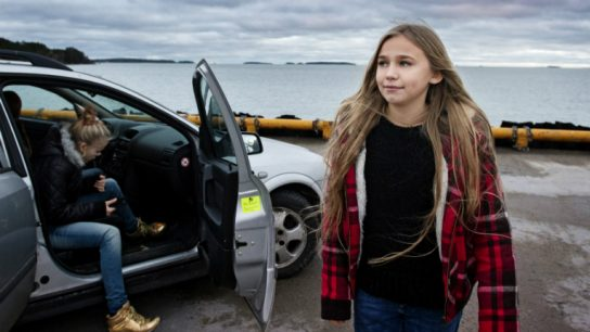 Little Wing tells the story of a 12-year-old girl (Linnea Skog), who lives alone with her mom and has never met her father.