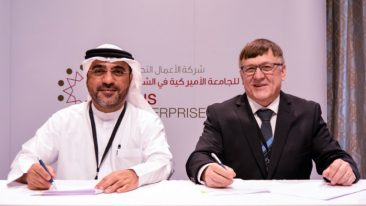 Hussain Almahmoudi from American University of Sharjah Enterprises and Jyrki Röpelinen from Oamk signed the agreement.