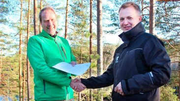 Kim Carstensen from FSC and Sauli Brander from UPM shake hands to celebrate the new agreement.
