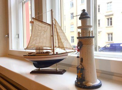 Sailer office is decorated with a real sailboat. Even if it's mini-size.