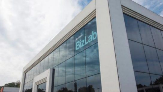 In the Airbus BizLab accelerator programme, external startups and so-called intrapreneurs based at Airbus join forces to make the startups market-ready.