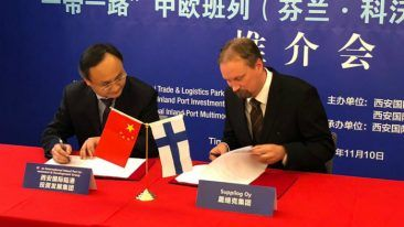 Suppilog's founder Harri Eskelin on the right signing the new partnership agreement with ITL.