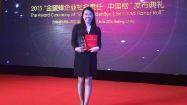 The company's sustainability manager, UPM Raflatac Greater China, Sharon Xiao receives the 2015 Golden Bee CSR China Honor Roll Award in Beijing.