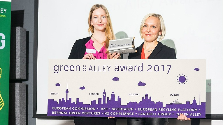 Sulapac founders Laura Kyllönen (left) and Suvi Haimi accept the 2017 Green Alley Award in Berlin.