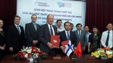 Finland University CEO Pekka Saavalainen (centre left) with VNUHCM vice president Vu Hai Quan at the signing ceremony.