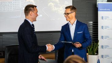 M-Files CEO Miika Mäkitalo (left) shaking hands with EIB vice president Alexander Stubb (right).