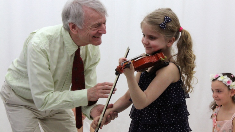 International Minifiddlers' video library comprises 120 lessons featuring Géza Szilvay, the developer of the Colourstrings Method.