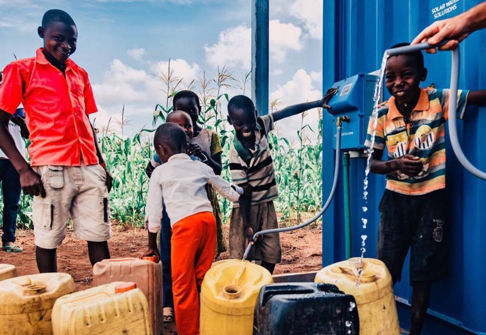 Children filling water canisters