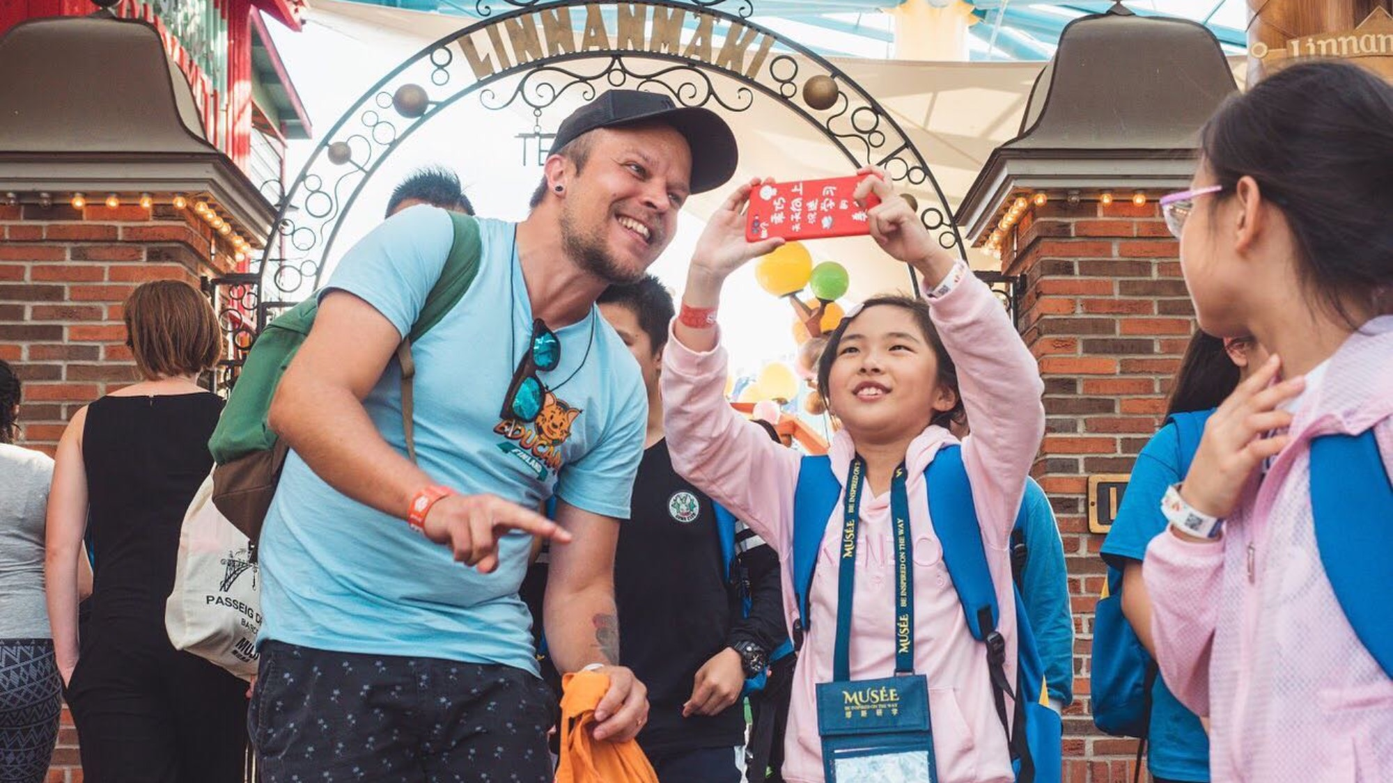EduCamp Finland guide and Chinese girl taking a selfie outside Linnanmäki