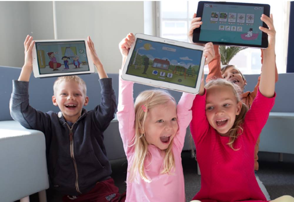 kids holfing tablets over their heads