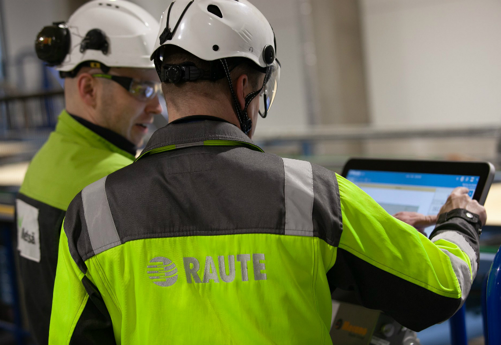 Two Raute workers looking at a screen.