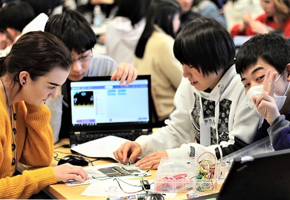 Japanese and Finnish students working with technology