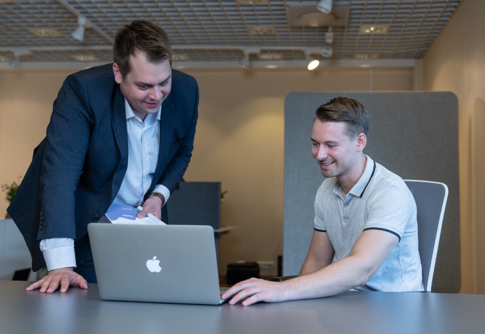 Fiksuvuokraus.fi's two founders Henri Haaksiala and Kimmo Lehtilä looking at a laptop