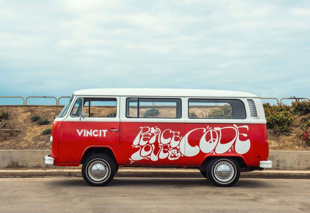 A kleinbus with Vincit and peace and love written on it